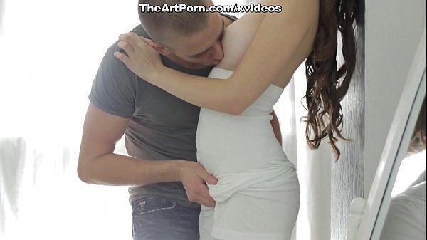 Mulher bem gostosa nua toma cacete na sua buceta
